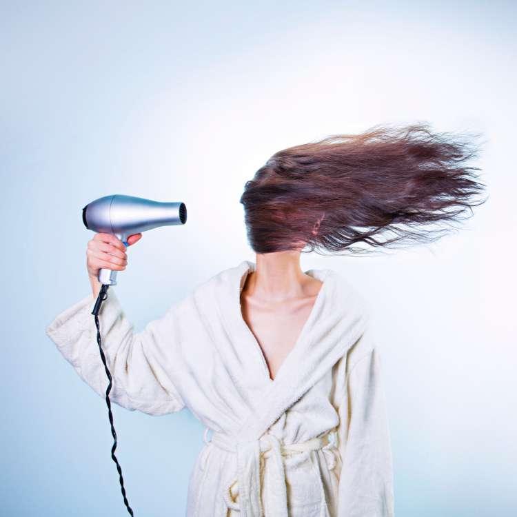 क्या डैंड्रफ (रूसी) के कारण भी झड़ सकते हैं आपके बाल?